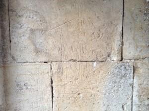 bateau gravé sur le mur de la chapelle