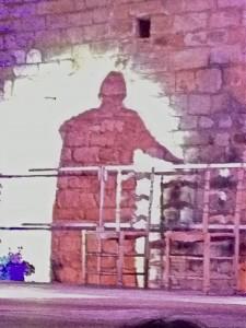 l'ombre se profile sur le mur de la chapelle