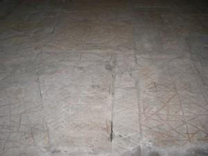 même graffitis dans la salle du premier étage du donjon